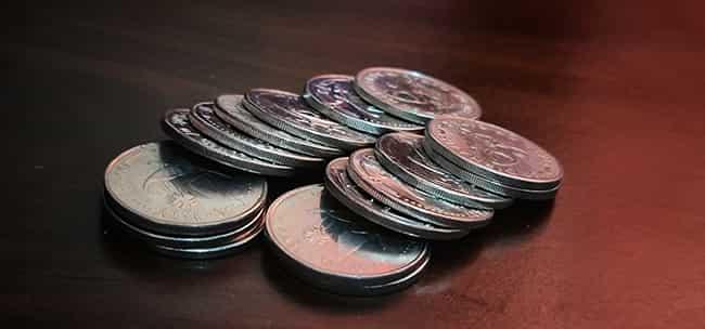 Стоси монет, розміщені на столі.